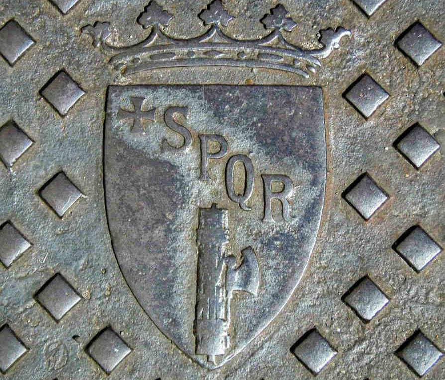 Manhole-cover-sporting-the-fasces-outside-the-palazzo-del-quirinale-rome